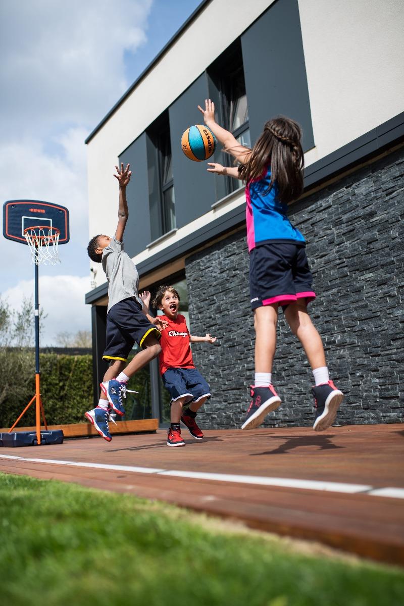 enfants qui jouent au basket