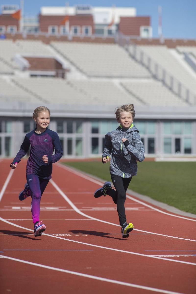 enfants qui courent sur une piste d'athlétisme