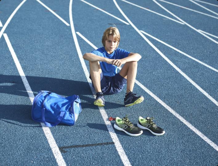 enfant sur terrain d'athlétisme