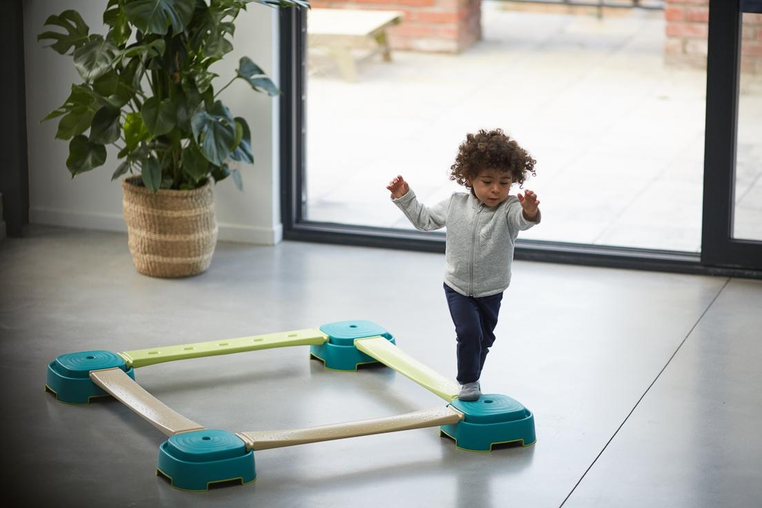 enfant sautant et améliorant sa motricité