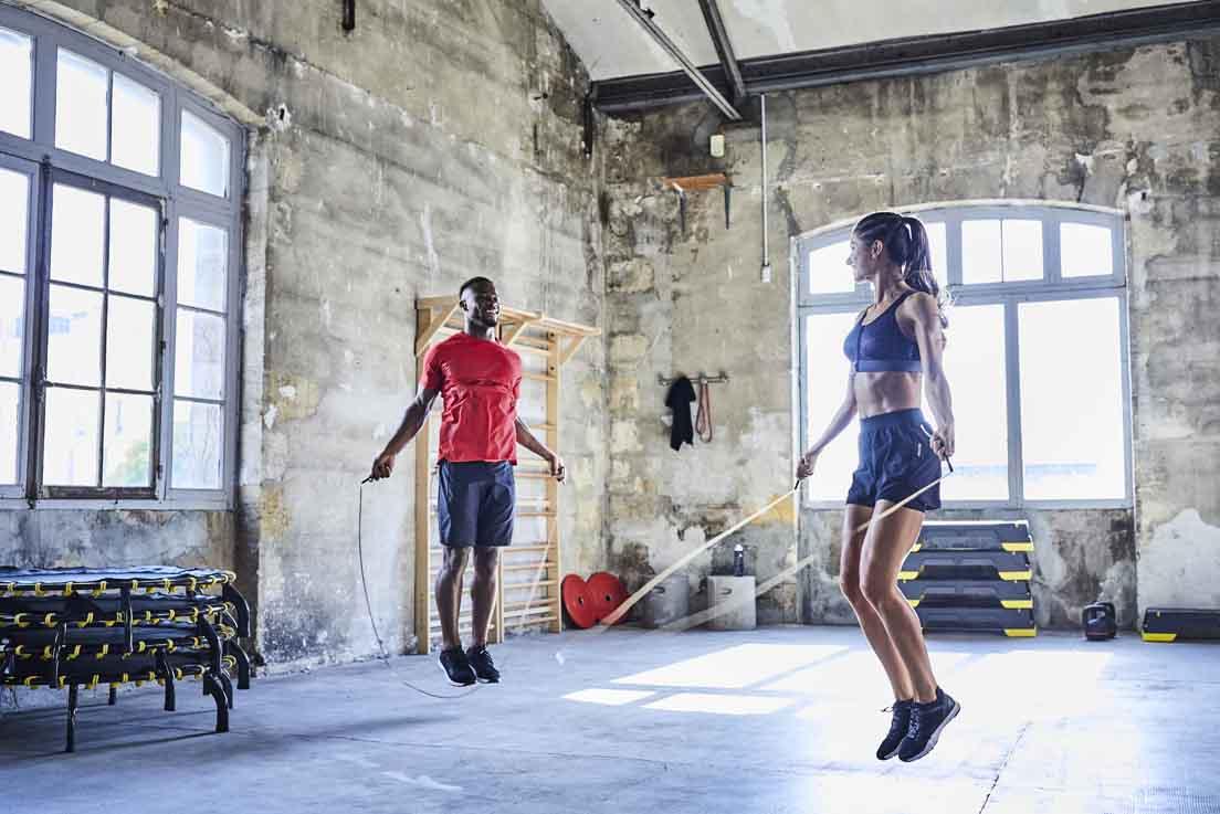 personne pratiquant une séance de fitness en entreprise