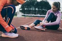 enfants sur une piste d'athlétisme