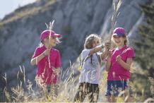 enfants jouant dans un champ de blé