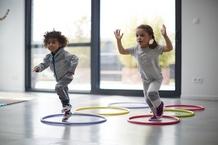 enfants sautant dans des cerceaux