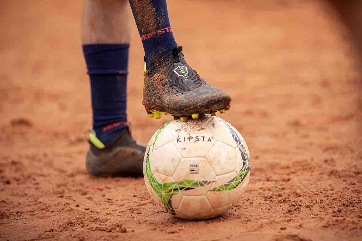 ballon de football sur terrain terre