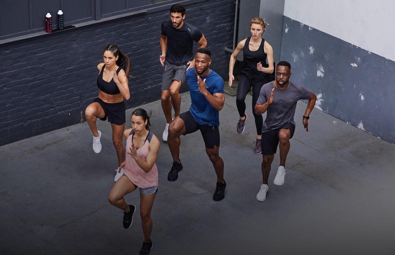 Personnes s'entrainant en fitness dans une cour extérieur