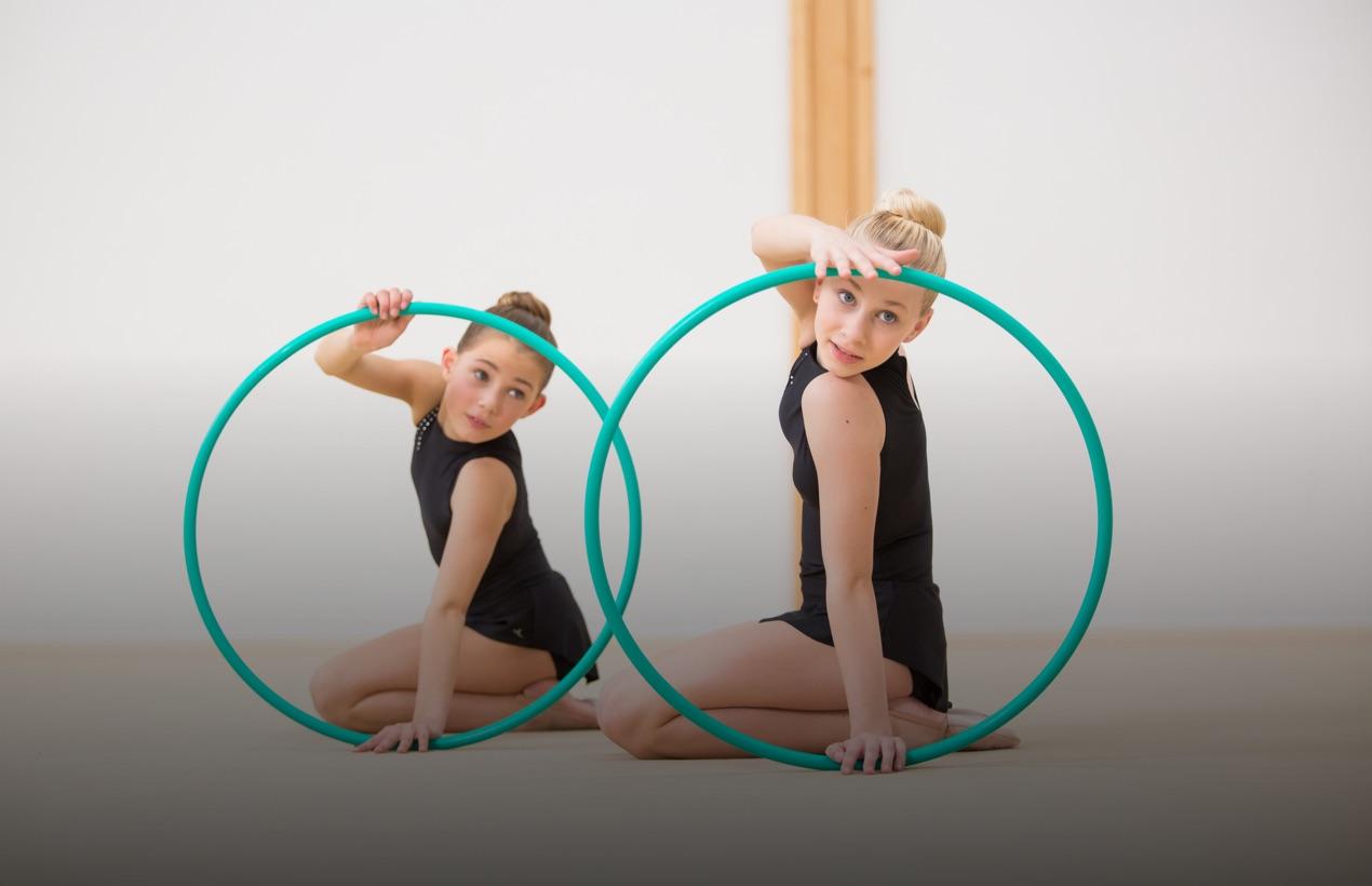 2 personnes utilisant des cerceaux en tenu de danse