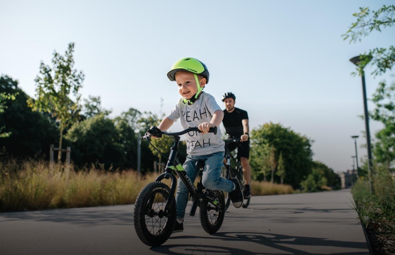 Un enfant et son père sur un vélo