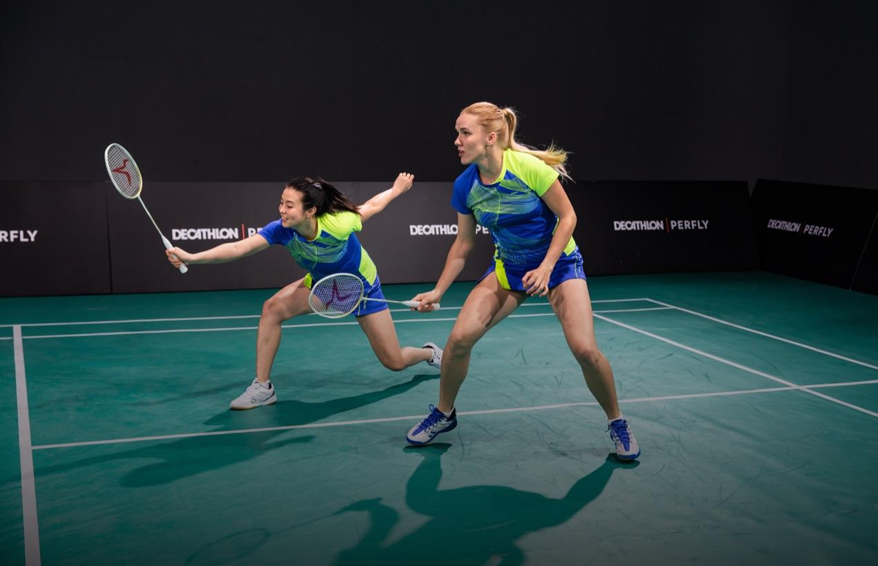 2 personnes jouant au badminton en 2 contre 2