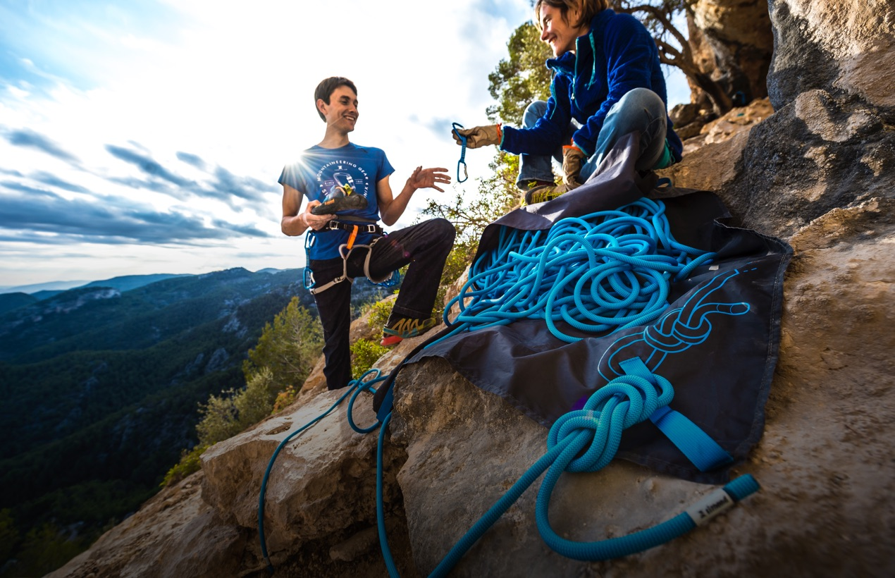 2 personnes pratiquant de l'escalade en montagne