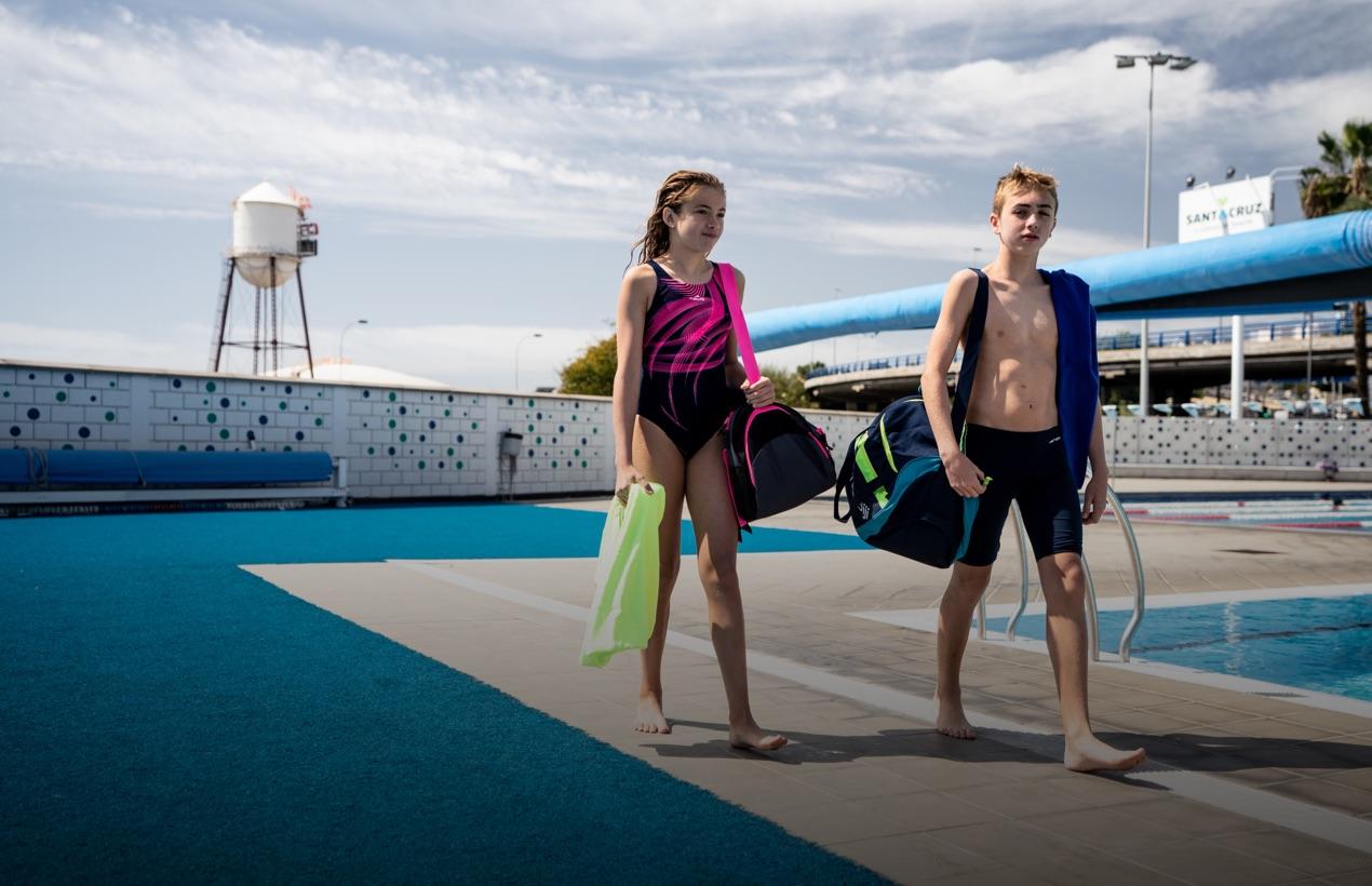 2 personnes au bord d'une piscine extérieure